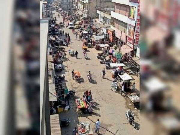 सुबह 10 बजे... बाजार खुलने के साथ ही दुकानों के आगे लगने शुरू हो गए फड़ और रेहड़ियां - Dainik Bhaskar