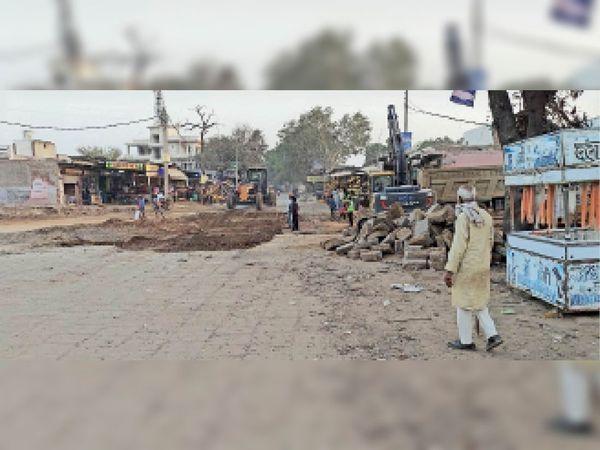 नारनौल रोड पर चल रहा एनएच-11 के निर्माण का काम। - Dainik Bhaskar