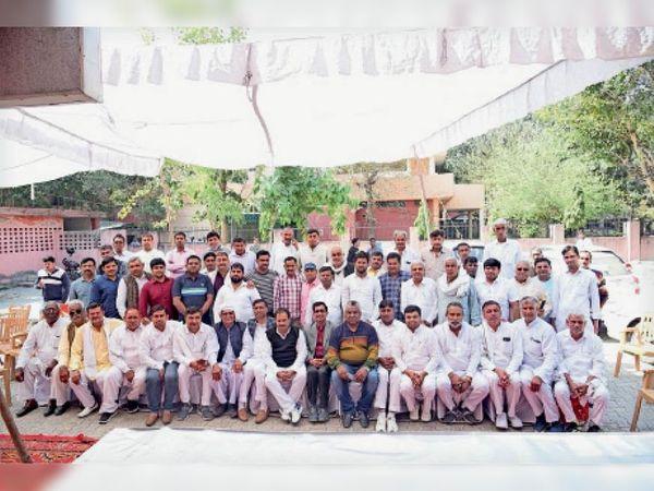 रोहतक के सभी सरपंच प्रतिनिधि बीडीपीओ को अपना चार्ज संभलवाने के बाद एकत्र हुए। - Dainik Bhaskar
