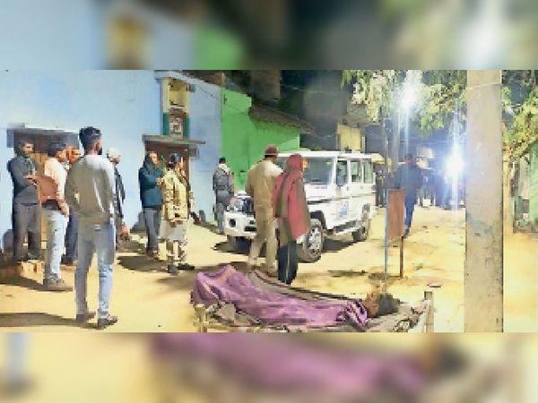 कादरगंज में घटनास्थल पर जुटी ग्रामीणों की भीड़। - Dainik Bhaskar