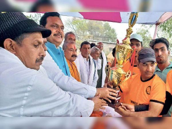 विजेता खिलाड़ियों को पुरस्कृत करते सांसद व अन्य। - Dainik Bhaskar