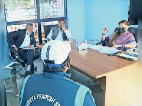 खेल मंत्री यशोधरा राजे सिंधिया बैठक लेती हुईं। - Dainik Bhaskar