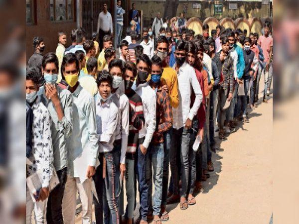 मिर्जागालिब कॉलेज में परीक्षार्थियों की लगी लाइन। - Dainik Bhaskar