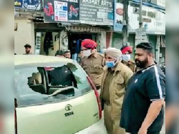 घटना की जांच करते हुए पुलिसकर्मी। - Dainik Bhaskar