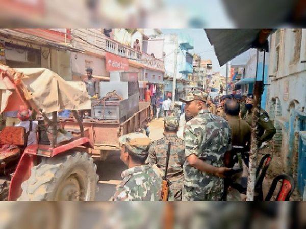 हत्या के आरोपित के घर कुर्की जब्ती करती पुलिस - Dainik Bhaskar