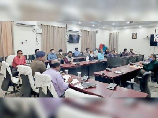 समाहरणालय में मद्य निषेध व भूमि विवाद के मामले को लेकर समीक्षा करते अधिकारी। - Dainik Bhaskar