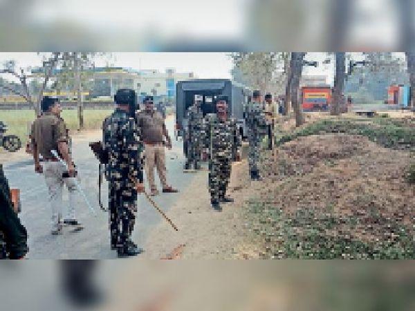 परीक्षार्थियों को खदेड़ती पुलिस। - Dainik Bhaskar