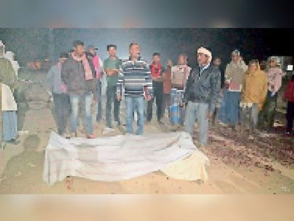 घटनास्थल पर मौजूद परिजनों व ग्रामीण। - Dainik Bhaskar