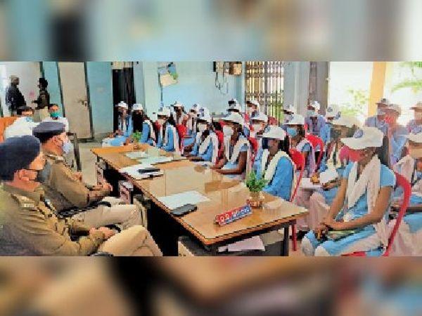 बच्चों के सवालों का जवाब देते पुलिस पदाधिकारी। - Dainik Bhaskar