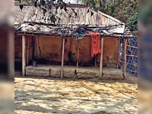 ठाकुरगंज में सरकारी जमीन पर बसे आदिवासी समुदाय के लोगों के घर। - Dainik Bhaskar