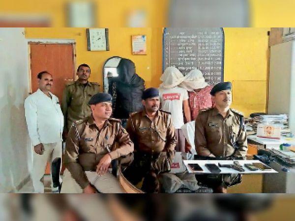 गिरफ्तार अपराधियों के बारे में जानकारी देते डीएसपी ओमप्रकाश। - Dainik Bhaskar
