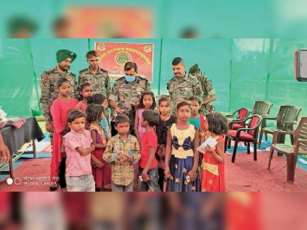 नक्सल इलाके के बच्चों के साथ सीआरपीएफ के अधिकारी। - Dainik Bhaskar