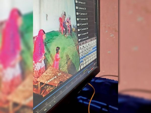 सीसीटीवी फुटेज में महिला व बच्ची। - Dainik Bhaskar