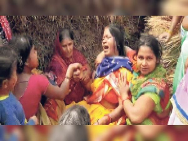 हादसे में आशा की मौत के बाद रोते-बिलखते परिजन। - Dainik Bhaskar