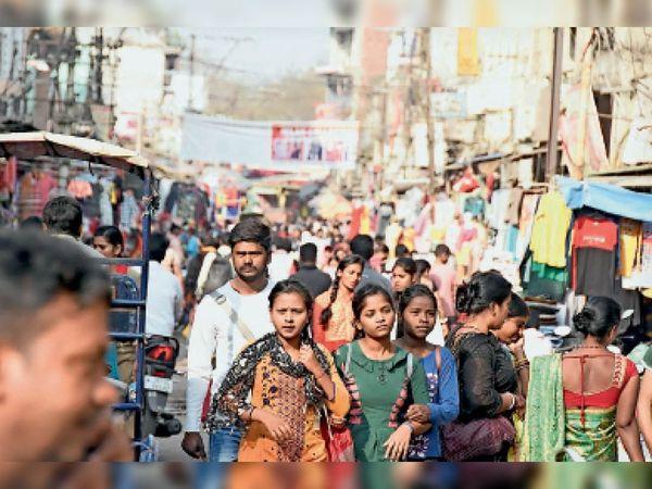 पुराना बाजार : भीड़ से सोशल डिस्टेंसिंग तो भंग हुई ही, कोई मास्क में भी नहीं दिख रहा। - Dainik Bhaskar