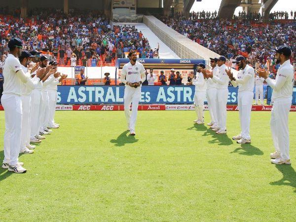 इशांत शर्मा 100वां टेस्ट खेल रहे। मैदान पर खिलाड़ियों ने ताली बजाकर उनका स्वागत किया।