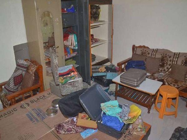 बैंक कर्मी के घर में अलमारी से लाखों के जेवर समेट ले गए चोर। - Dainik Bhaskar