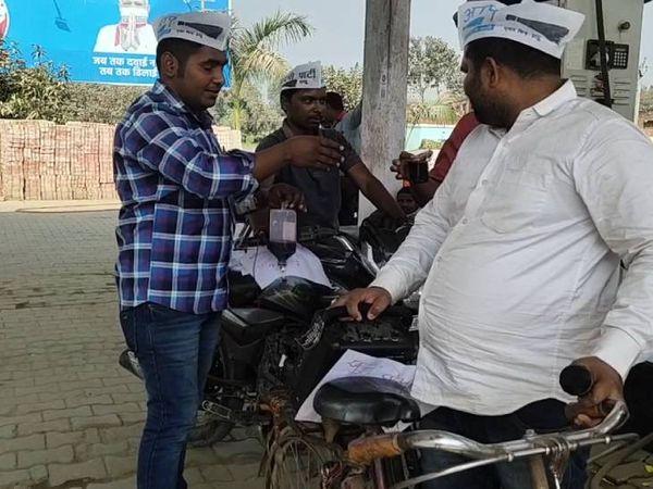 चंदौली में खून की बोतल लटकाकर पहुंचा पेट्रोल खरीदने आप पार्टी का कार्यकर्ता। - Dainik Bhaskar