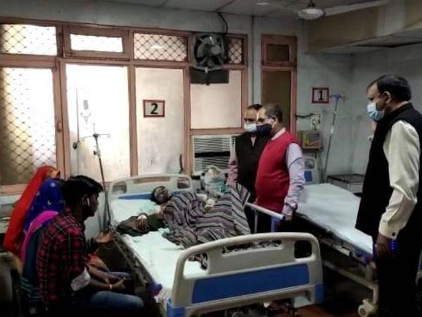 छात्रा को सिविल अस्पताल में बर्न यूनिट में शिफ्ट कर दिया गया है। - Dainik Bhaskar