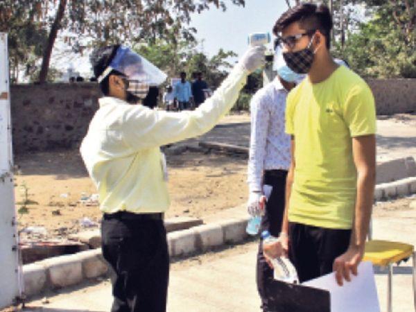 परीक्षा के पहले दिन 274 रजिस्टर्ड स्टूडेंट्स में से 198 परीक्षा देने पहुंचे। - Dainik Bhaskar