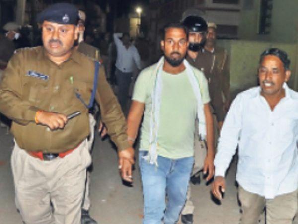 आराेपी को पकड़ कर ले जाते हुए पुलिस। - Dainik Bhaskar