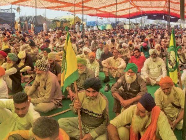 किसान पगड़ी संभाल दिवस पर आत्मसम्मान के प्रतीक अपनी क्षेत्रीय पगड़ी को पहन सरकार के तीनों कृषि कानून का विरोध करते किसान। - Dainik Bhaskar