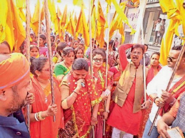 शोभायात्रा में शामिल राम भक्त। - Dainik Bhaskar