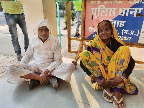 थाने पर रिपोर्ट दर्ज कराने पहुंचे वृद्ध दंपती। - Dainik Bhaskar