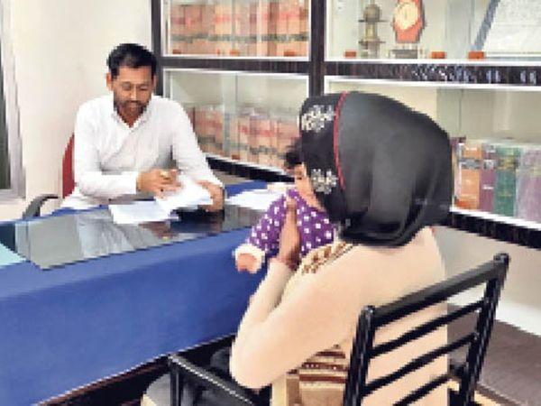 बाल कल्याण समिति सदस्य गिरीश गुर्जर को जानकारी देती पीड़िता। - Dainik Bhaskar