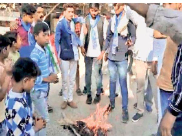 मुख्यमंत्री का पुतला जलाते कार्यकर्ता । - Dainik Bhaskar