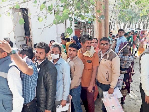 सिविल अस्पताल में एनएचएम भर्ती के लिए आवेदन जमा करवाने के लिए लगी लाइन। - Dainik Bhaskar