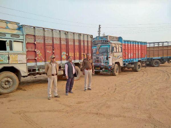 जब्त ट्रकों के साथ खड़े खनन विभाग के अफसर। - Dainik Bhaskar