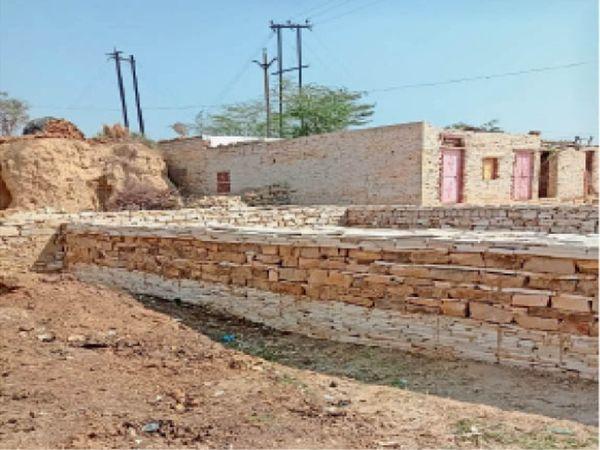 मिनी स्टेडियम के लिए आरक्षित जमीन पर बन रहे मकान। - Dainik Bhaskar