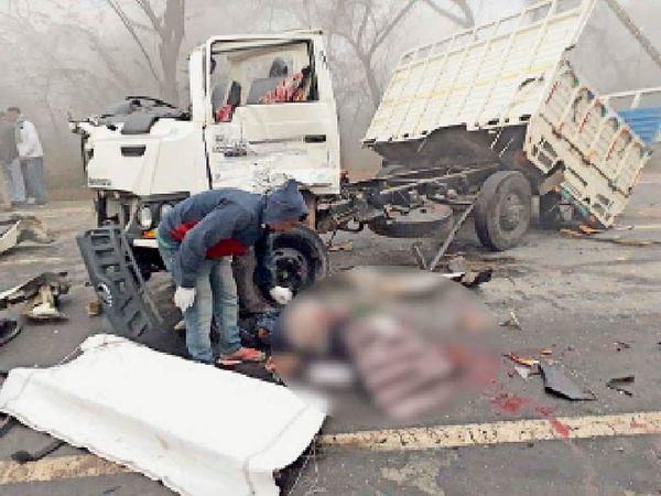 गांव भाई बख्तौर के पास हुए सड़क हादसे में दो लोगों की जान चली गई थीं। (फाइल फोटो) - Dainik Bhaskar