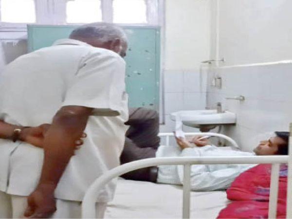 मरीज के पलंग पर लेटे डॉक्टर। - Dainik Bhaskar