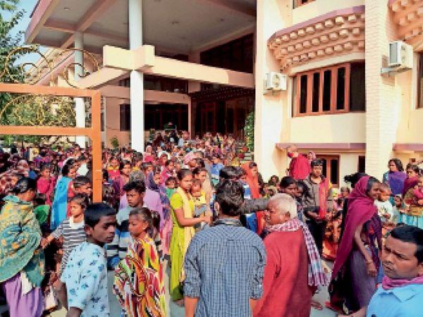 मंगलवार की सुबह 8ः30 से करीब 10ः30 बजे तक सैकड़ों की भीड़ में बौद्ध भिक्षुओं ने महायान होटल परिसर दान व खाद्य सामग्री का वितरण किया। - Dainik Bhaskar