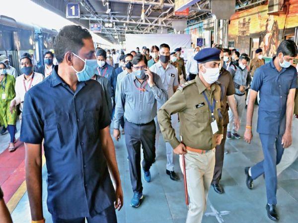 पश्चिम रेलवे के जीएम ने किया इंदौर स्टेशन का निरीक्षण - Dainik Bhaskar