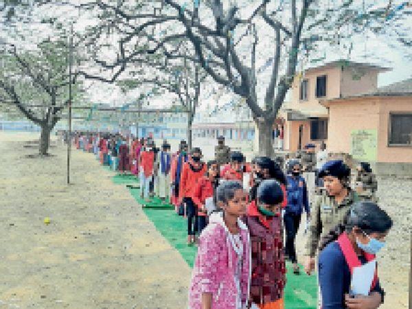 परीक्षा देकर केंद्र से बाहर निकलती छात्राएं। - Dainik Bhaskar