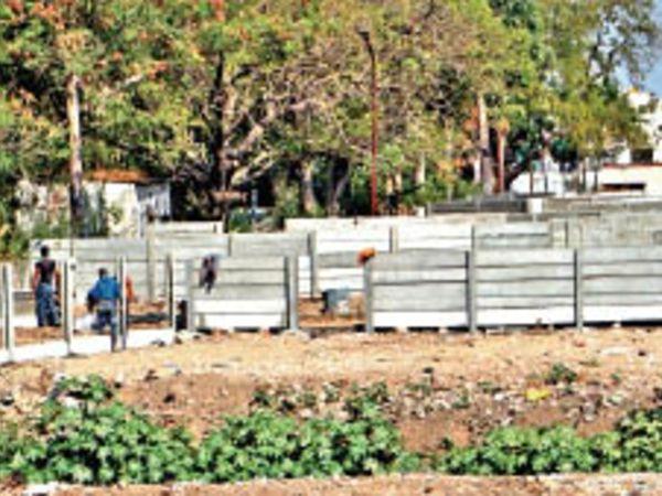 अयोध्यापुरी में प्लॉटधारकों ने बाउंड्रीवॉल बनाना शुरू कर दिया है। - Dainik Bhaskar
