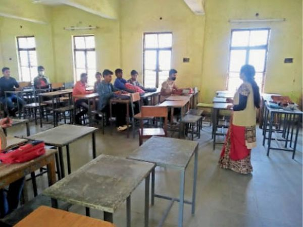अग्रणी कॉलेज में कक्षा में कम ही विद्यार्थी पढ़ने आए। - Dainik Bhaskar