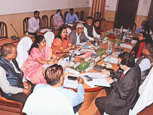 स्मार्ट सिटी परामर्श दात्री समिति के सदस्याें ने अधिकारियाें के साथ की बैठक। - Dainik Bhaskar