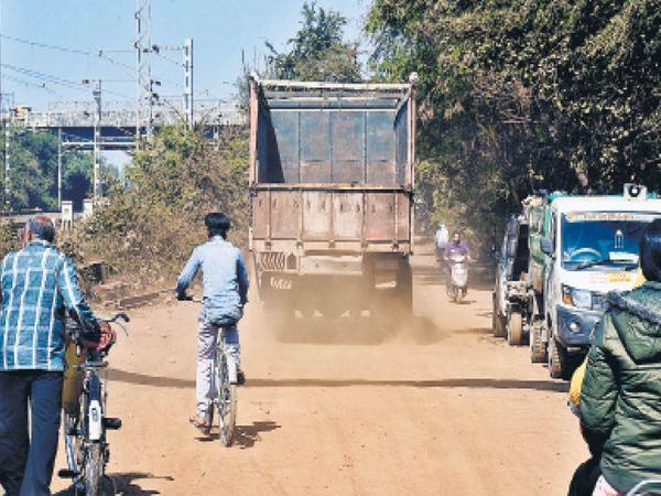 100 मालगोदाम में एक सैकड़ा भारी वाहनों का रोज आना जाना लगा रहता है और हालातों के लिए यही जिम्मेदार है। - Dainik Bhaskar
