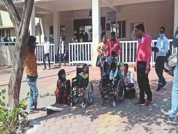 मानसिक विकलांगाें काे दी ट्रायसाइकिल - Dainik Bhaskar