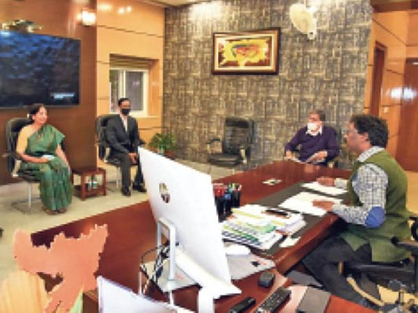 एचसीएल टेक्नोलॉजी के अफसरों के साथ बैठक करते मुख्यमंत्री हेमंत सोरेन। - Dainik Bhaskar
