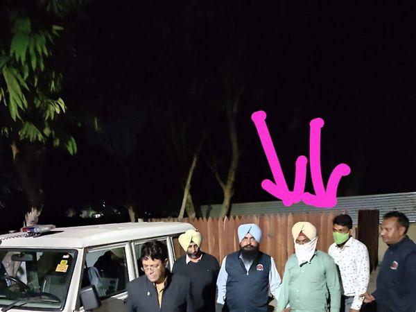 रिश्वत लेते पकड़े गए आरोपियों (तीर के निशान वाले) को लेकर आती विजिलेंस की टीम। - Dainik Bhaskar