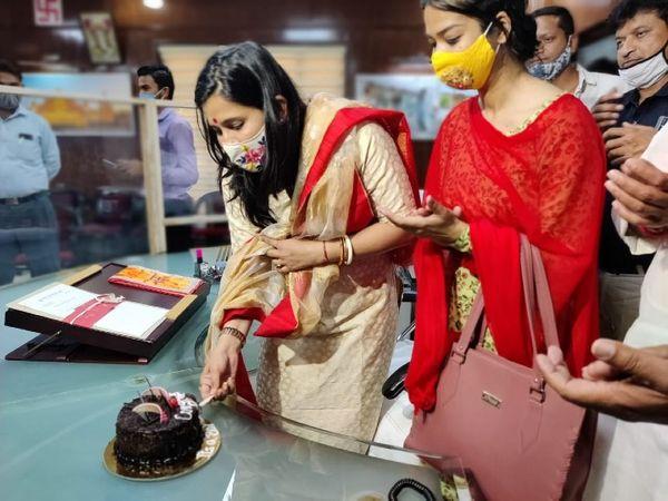 काम संभालने से पहले मेयर सौम्या गुर्जर ने केक काटा। इस मौके उनके स्टाफ के सभी सदस्यों ने उन्हें बधाई दी। - Dainik Bhaskar
