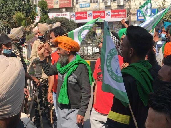 जालंधर में गुरुवार को सर्किट हाउस के बाहर चेयरमैन विजय सांपला का विरोध करते किसान व उन्हें रोकने के लिए बैरीकेड लगा खड़ी पुलिस। - Dainik Bhaskar
