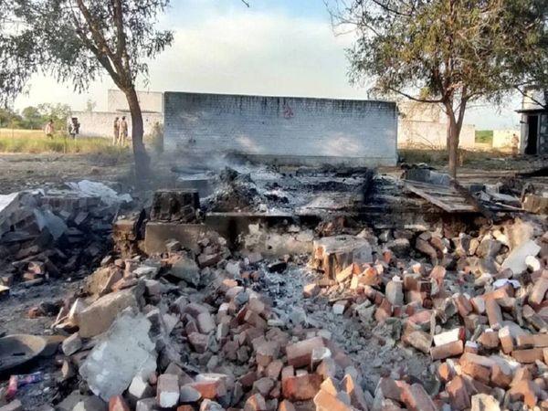 विरुद्धनगर में पटाखा बनाने की यूनिट में गुरुवार की शाम को आग लगी थी। आग से यूनिट मलबे में तब्दील हो गई। - Dainik Bhaskar