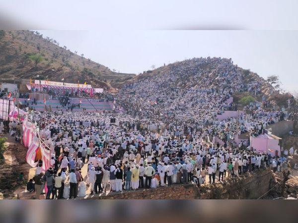 महापंचायत में बड़ी संख्या में लोग शामिल हुए।