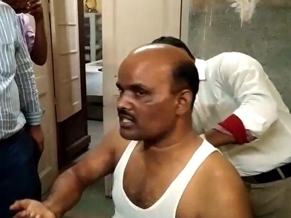 किउल स्टेशन पर इलाज कराता गोलीबारी में घायल गार्ड। - Dainik Bhaskar